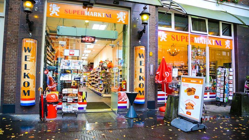 """Vorige week dinsdag zijn wij bij SupermarktNL, in de binnenstad van Den Haag, een korte bedrijfsfilm gaan opnemen. SupermarktNL is een middelgrote supermarkt met een eigen slijterij enis gevestigd aan de Herengracht te Den Haag.Op loopafstand vanaf Den Haag CS. Het was een leuke uitdaging om een bedrijfsfilm op te nemen in deze drukbezochte supermarkt. … <a href=""""http://da-style.nl/briefing/korte-bedrijfsfilm-supermarktnl/"""">Lees verder »</a>"""