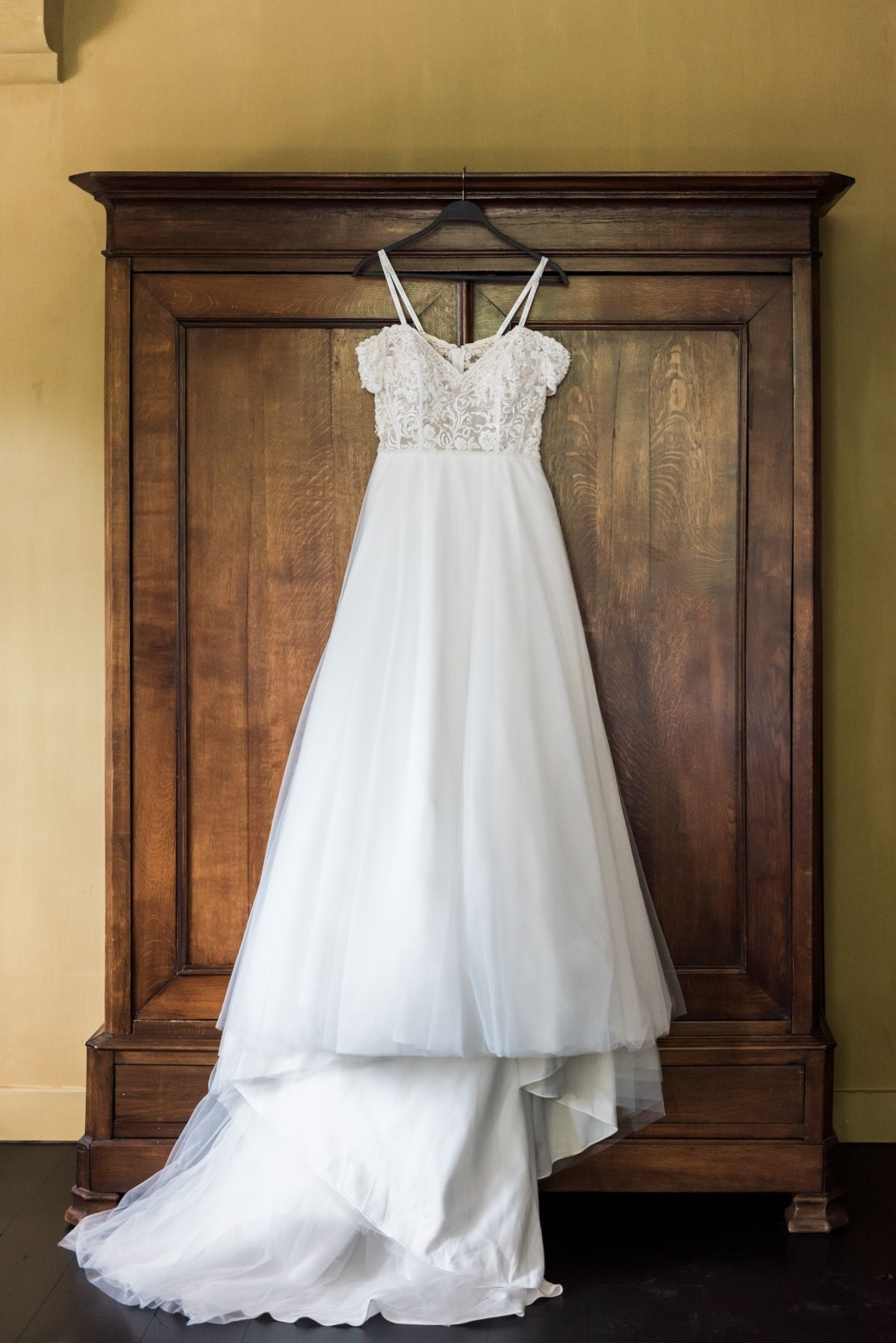 Fresh And Sophisticated Summer Wedding Inspiration Modest Wedding Dresses Vintage Wedding Dresses Unique Wedding Dresses [ 1797 x 1200 Pixel ]