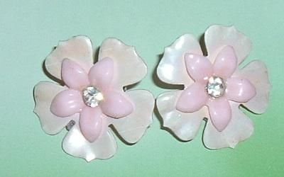 FREE SHIPPING - CUTE VINTAGE PINK WHITE CLIP ON EARRINGS