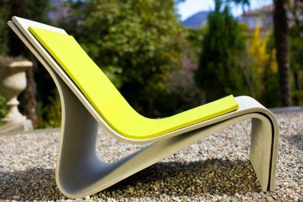grüner liegestuhl mit einer extravaganten form