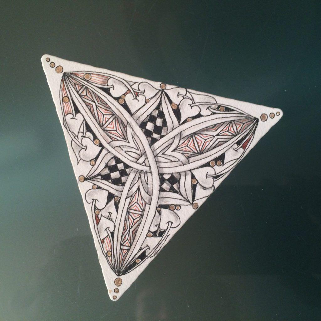 Volgers van mijn FB pagina hebben hem al gezien, het nieuwe type Zentangle tile: de 3Z. Tijdens de eerste grote CZT-reünie in Newport een paar weken terug, werd dit driehoekige kaartje geïntroduceerd. En kort daarop stond hij in de spotlights tijdens de KerstTangle-actie op Zentangle...