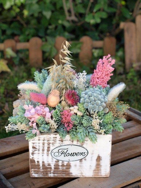 Centro de flores secas y artificiales en caja de madera jardin - flores secas