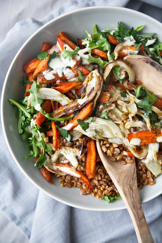 Salade de carottes et fenouil rôtis, menthe, et une divine sauce au tahini à l'orange. Un plat délicieux, nourrissant, rempli de saveurs et de textures!