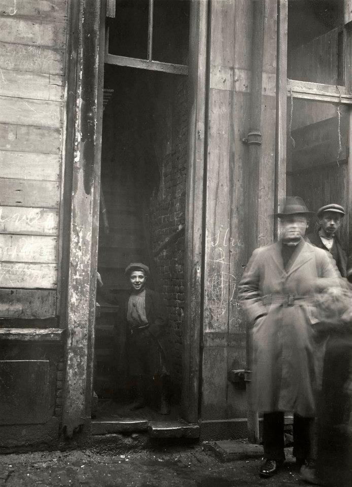 1920 Krotwoningen Batavierenstraat  Half vergane trapingang van woning op ongeïsoleerde zolder aan de Batavierenstraat in Amsterdam.
