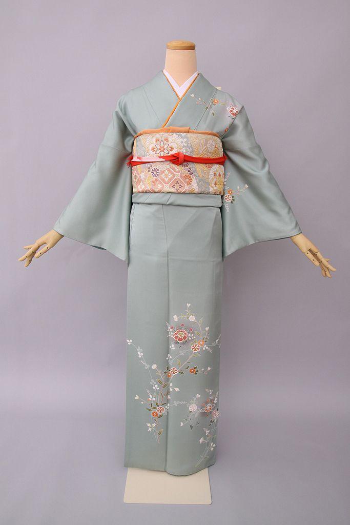 Kimono homongi, atendiendo al grado de formalidad, es un kimono generalmente semiformal, pero si lleva blasones familiares también se puede utilizar en ocasiones formales,