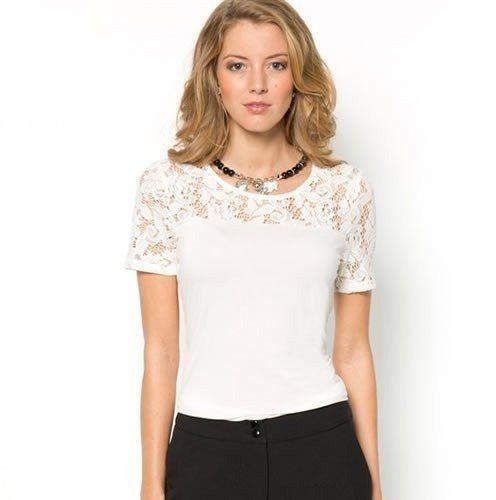 Hermoso modelo de blusa; con diseño de encaje en la parte superior y un sencillo detalle de olan en el pecho que lo hace licir juvenil. Un estilo super moderno que te hara lucir sensacional esta temporada.