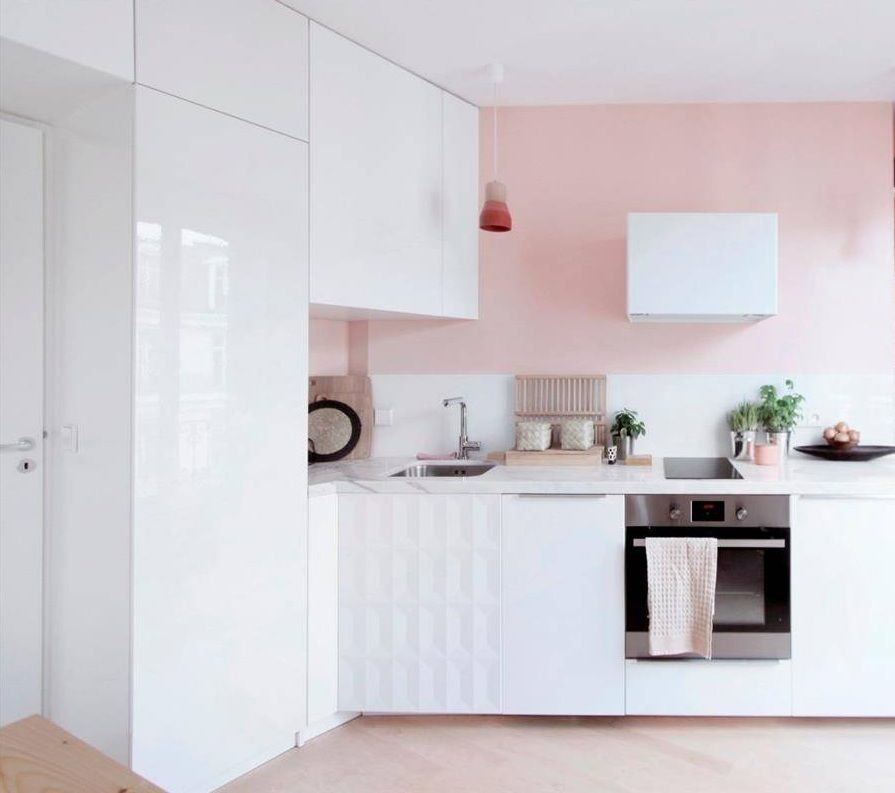 Cocina Moderna Y Funcional Con Mobiliario Blanco Y Pintada En Rosa Empolvado Ideas De Color De Cocina Diseno De Cocina Decoracion Para El Hogar De Bricolaje