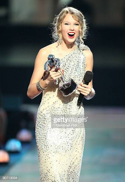 Taylor Swift Accepts The Best Female Video Award At The 2009 Mtv Taylor Swift Vma Taylor Swift Taylor Alison Swift