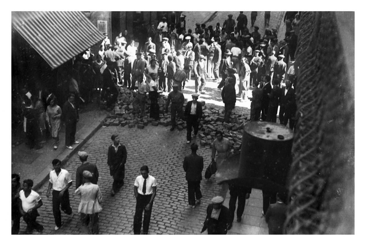 Barricada en la calle princesa de barcelona durante una - Calle princesa barcelona ...