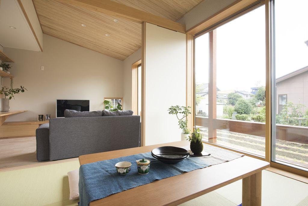 リビングに繋がる小上がりの和室 羽目板張りの勾配天井が形式に