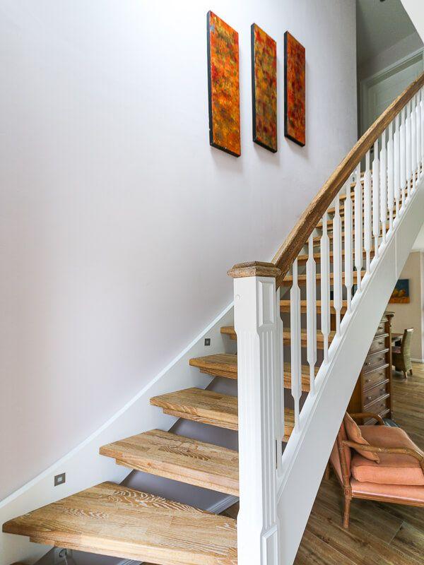 Offene Treppe innen aus Holz im Landhausstil - Architektur Detail ...