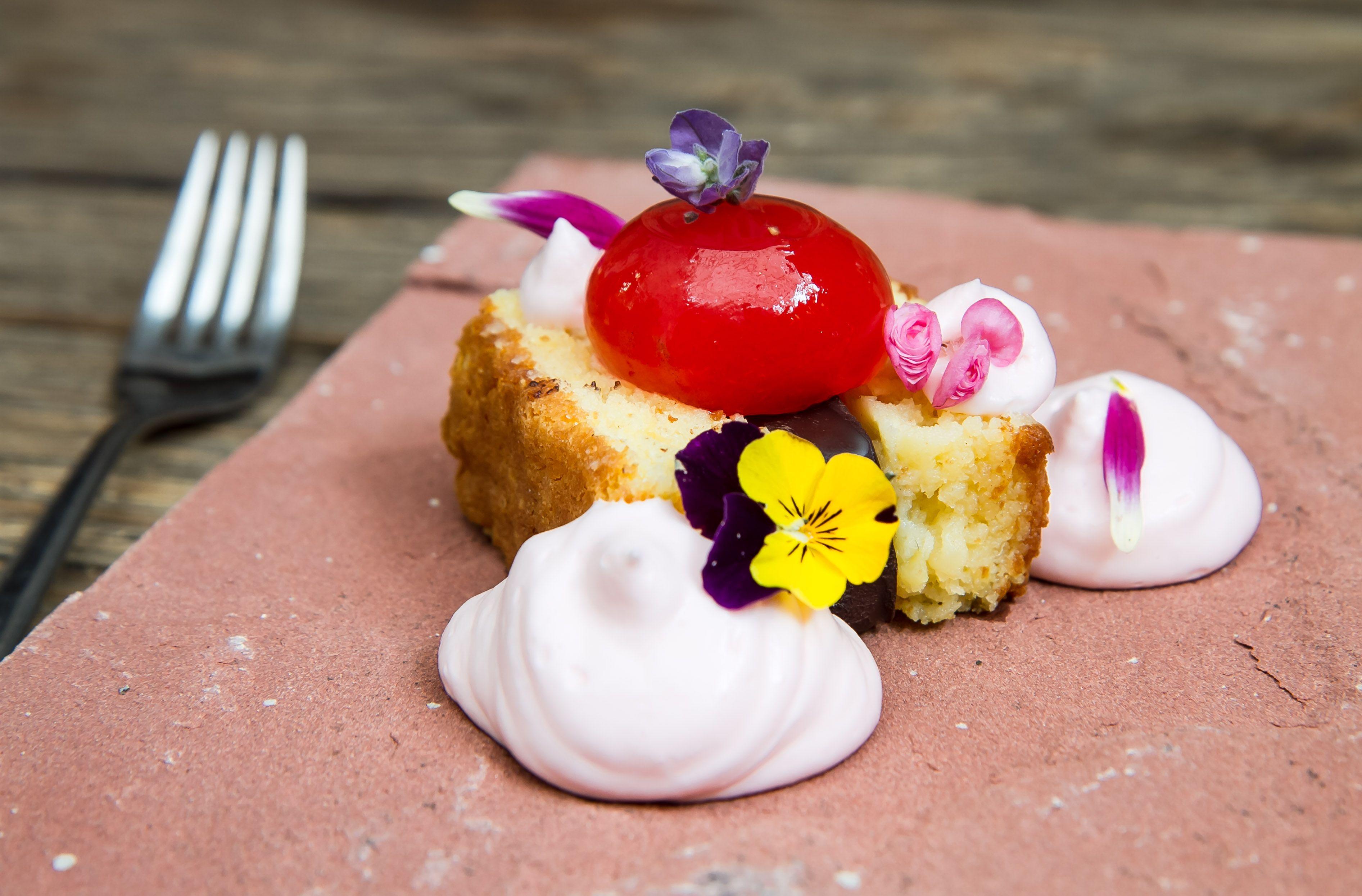 El bizcocho de chocolate blanco con elote tierno que el restaurante Limosneros dará como cortesía a las mamás este 10 de mayo.