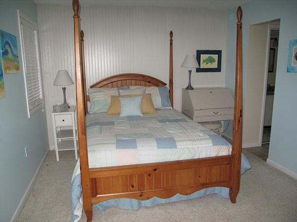 Pared y cama decorada y fabricada con madera de palets, madera reciclada