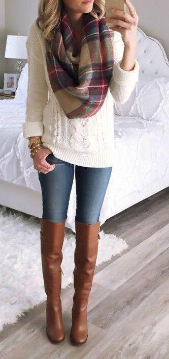 Jeans, blusa blanca, chaleco negro, chaqueta cuero, bufanda