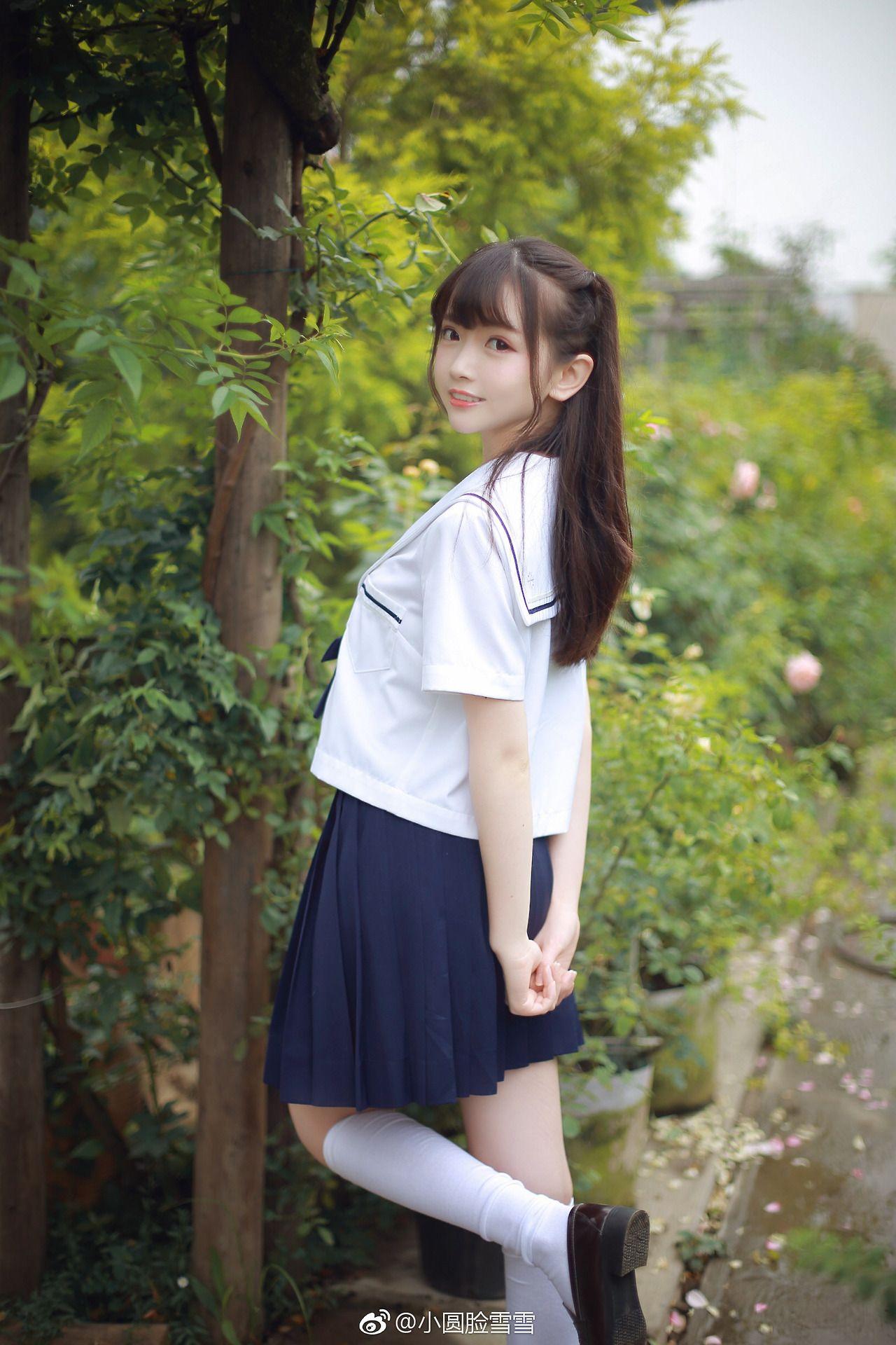 制服姿の10代女子校生が自分でスカート捲ってるキケンなアルバイトの画像