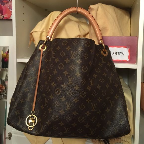 89c11e2b70230 🌷SOLD🌷Authentic Louis Vuitton Artsy MM All pipings are intact. No cracking  on canvas. This is 🅿️1