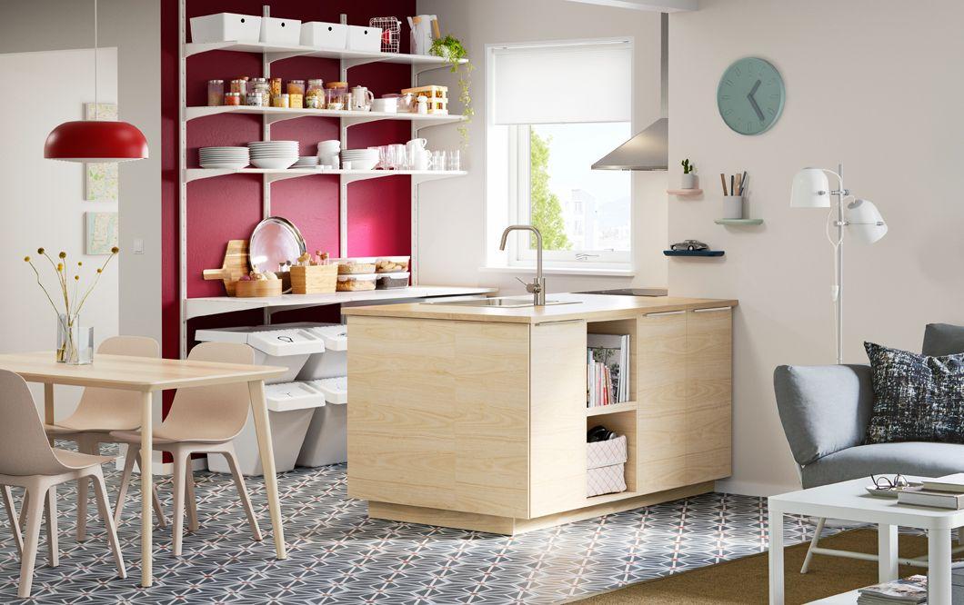 Eine moderne küche im skandinavischen stil mit einer metod kücheninsel mit askersund fronten eschenachbildung hell