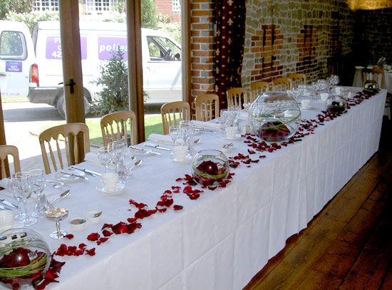 Rose Embellish Table Decoration With The Petals Of Roses And Confetti Ideas
