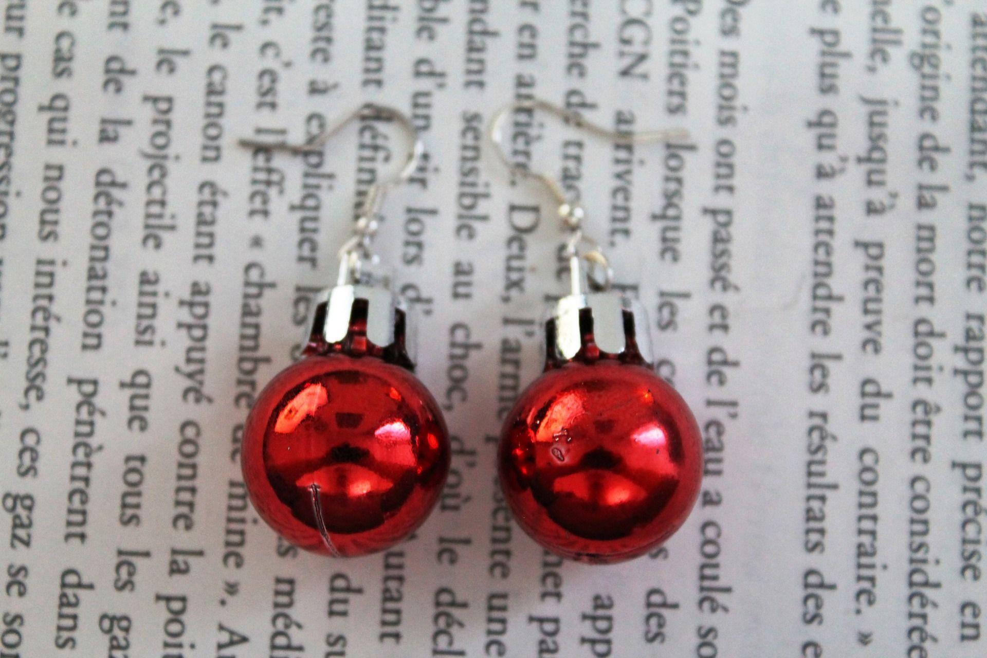 Boucles d'oreilles fantaisies mini boule de Noël rouges : Boucles