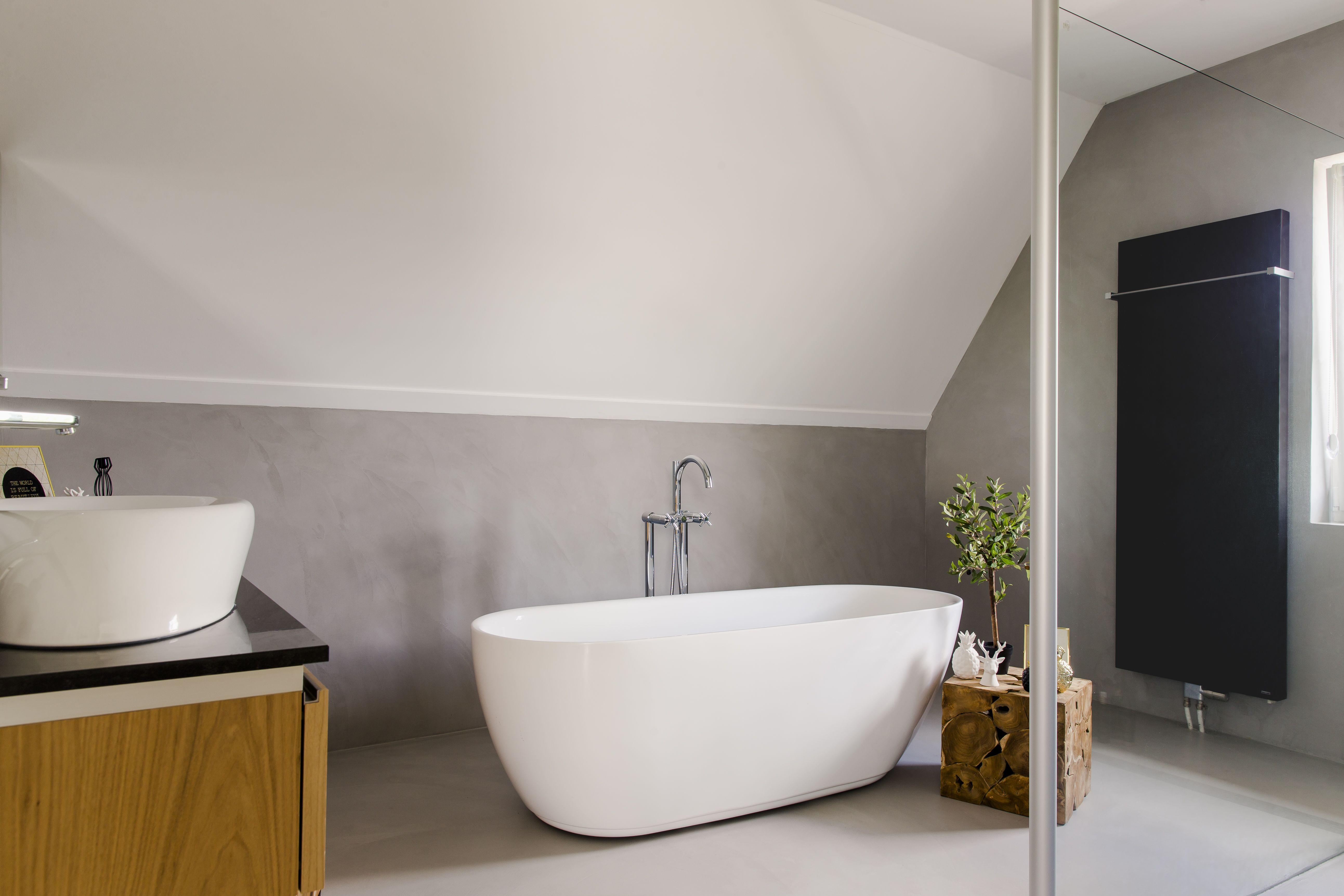 Stucwerk Badkamer Kosten : Wauw prachtige badkamer met op de vloer en aan de wanden beton