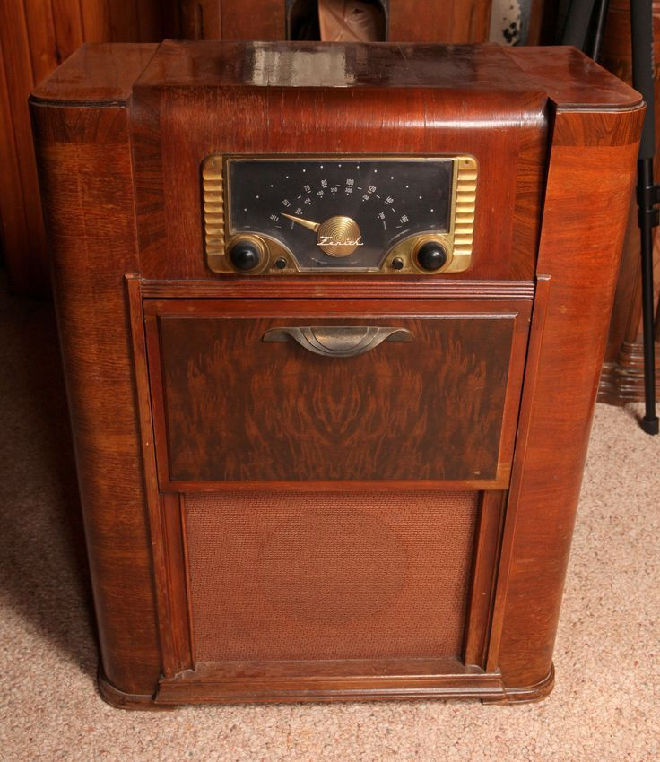 Attractive 1940s Zenith console radio is the type that