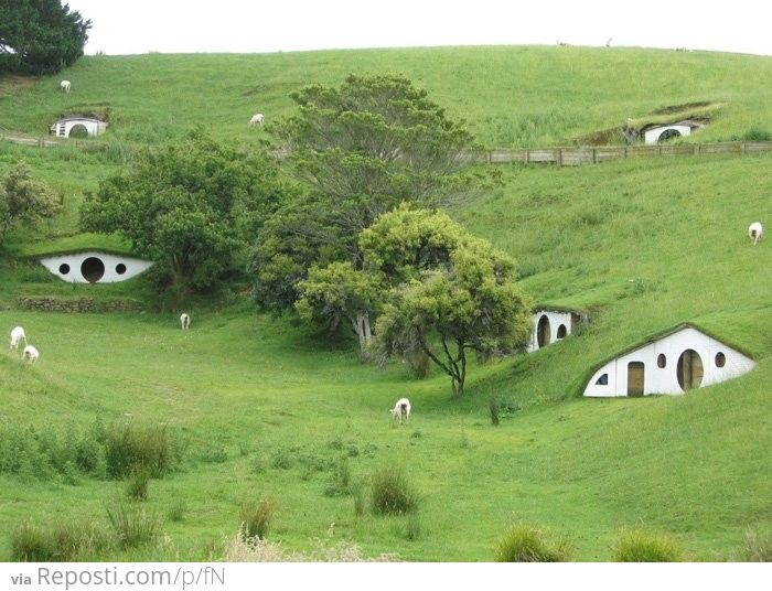 house built on hill | Homes built into the side of a hill ...