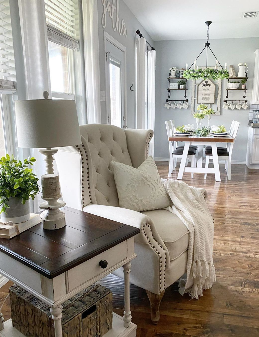 21 Cozy Farmhouse Accent Chairs For Relaxing In 2020 Farmhouse Dining Room Farmhouse Accent Chair Living Room Hacks #relaxing #chair #for #living #room