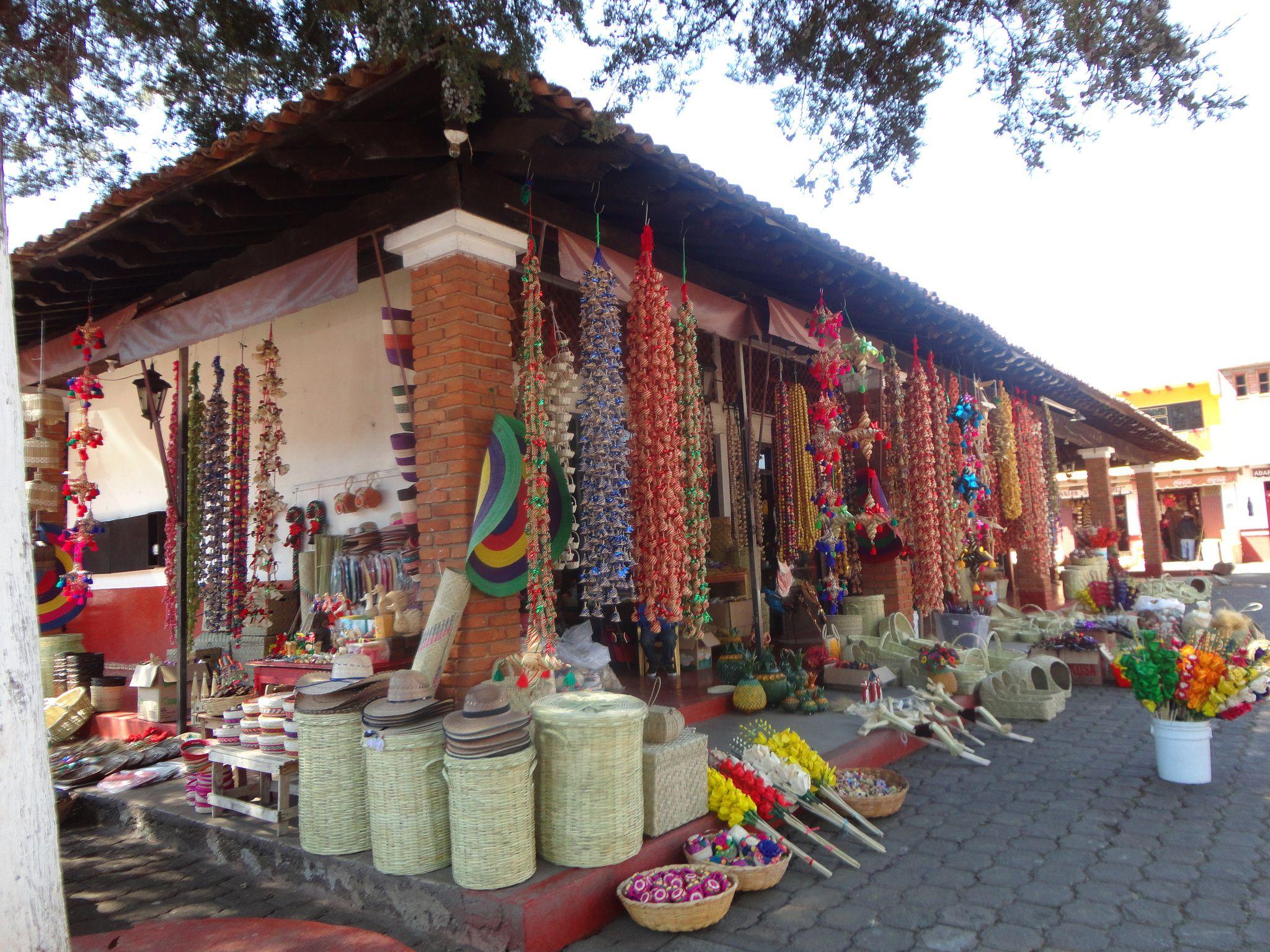 El Mercado de artesanías en Tzintzuntzan, Michoacá - Esta poblacion fue  fundada por el Señor de Michhuacan o Mechoacan Tariacuri, alrededor…    Mercados de artesanía y Mercado