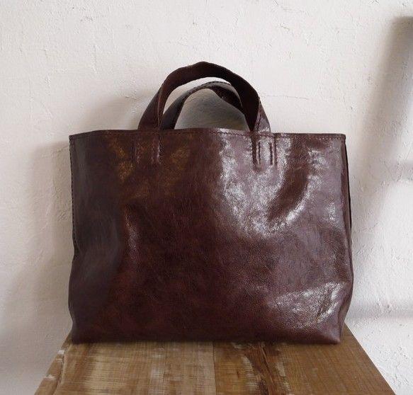 タンニンなめしのゴード(山羊革)で作ったトートバッグです。革の厚さは約1mm。しなやかで手触りの良い軽いバッグです。二枚目の写真にあるように、サイドのナスカン...|ハンドメイド、手作り、手仕事品の通販・販売・購入ならCreema。