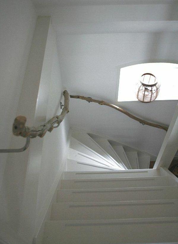 Weiße Wandgestaltung Treppen Kleines Fenster Haltegriff Aus Treibholz