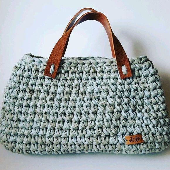 0d7388849 Bolsa de crochê feita com fio de malha. Alças em couro ecológico. A bolsa  pode ser feita na cor de sua preferência, consulte disponibilidade!