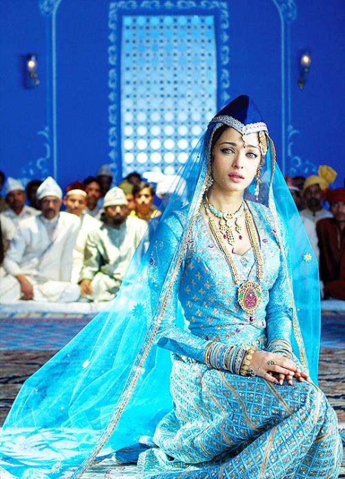 Aishwarya Rai In Umrao Jaan 2006 Aishwarya Rai Wedding Pictures Bollywood Designer Sarees India Style Dress