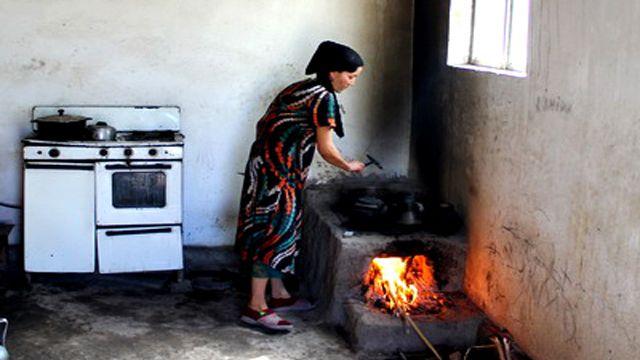 Cooking over the flames in Uzbekistan. ozodlik.org