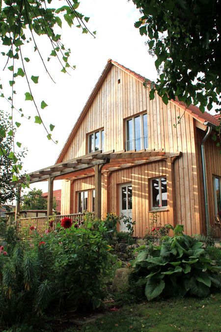Holzhaus mit Lärchenschalung und Pergola in Göttingen #gothichome