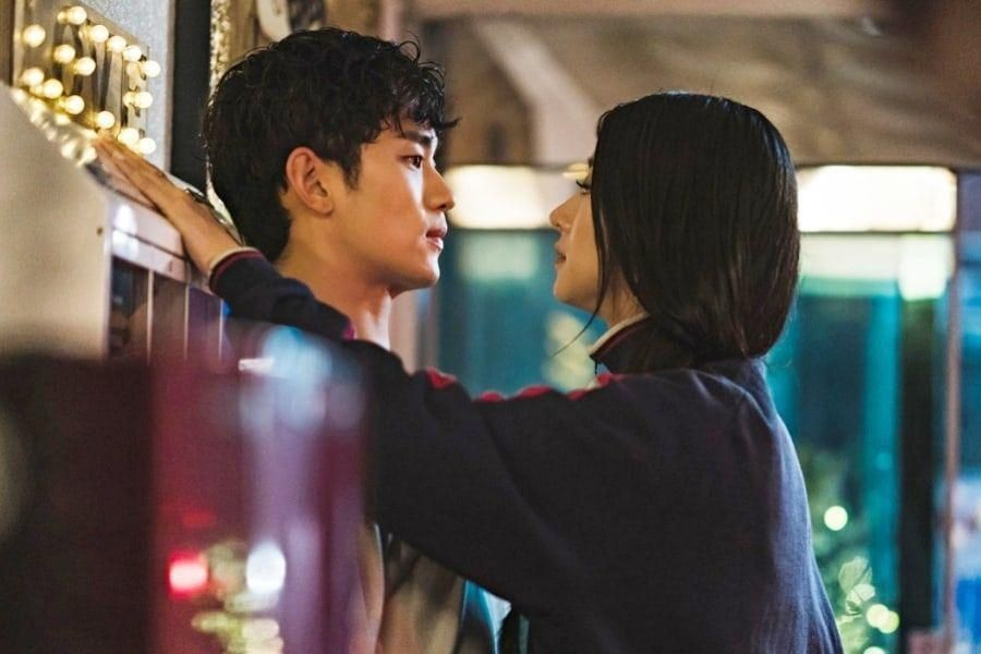 "Kim Soo Hyun Is Caged In By Seo Ye Ji On ""It's Okay To Not Be Okay"""
