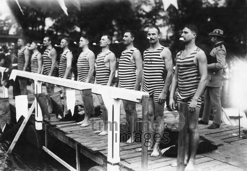 Männer vor dem Start eines \'Eierschwimmens\' ullstein bild - Haeckel ...
