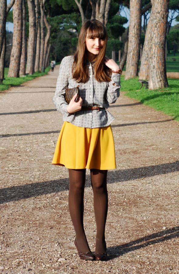 jupe jaune moutarde collant marron et chemisier gris avec ceinture de cuir marron clair pour. Black Bedroom Furniture Sets. Home Design Ideas