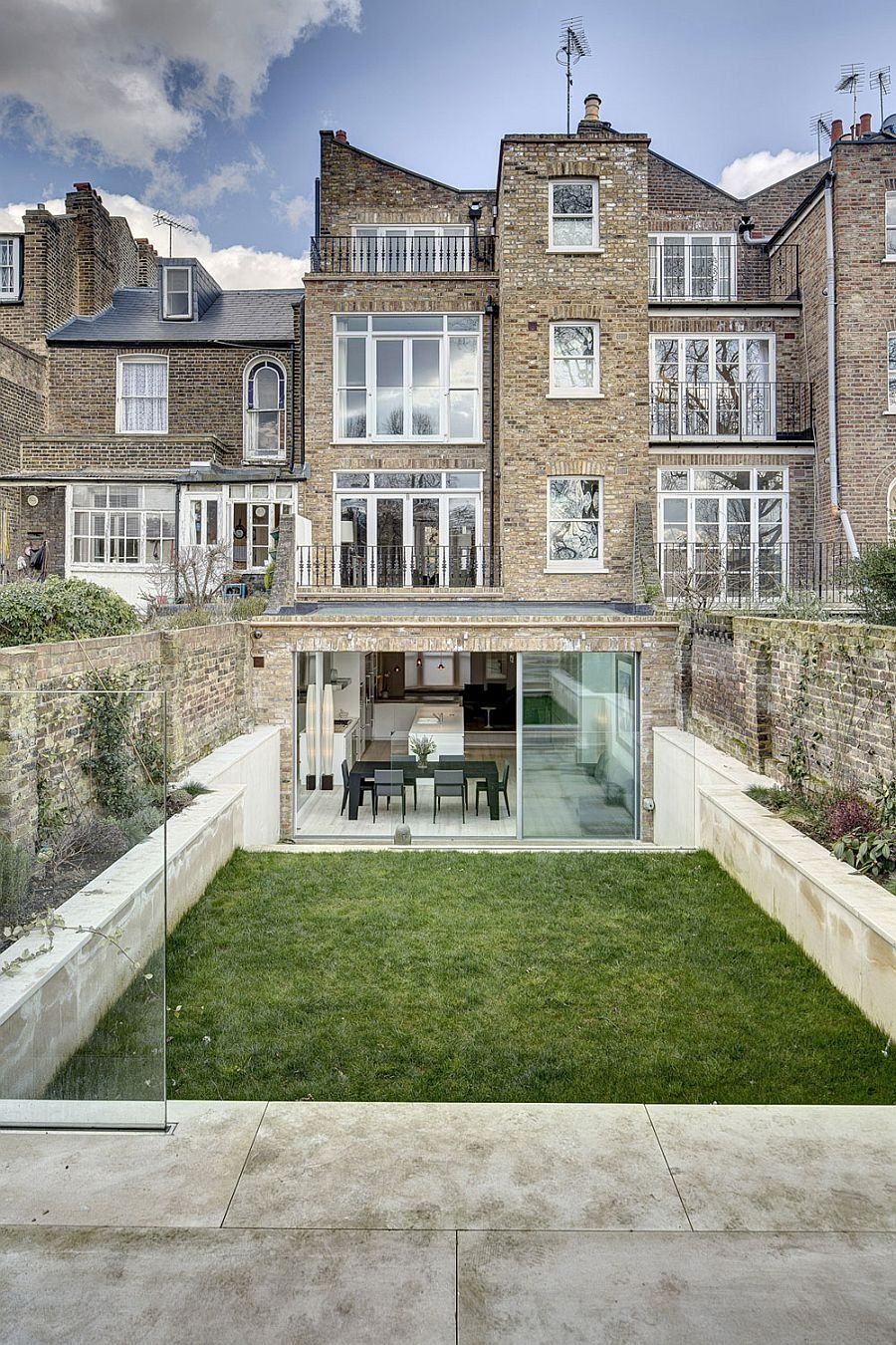Victorian Townhouse With Modern Extension By Dos Architects Victorian Homes Exterior Townhouse Exterior Victorian Townhouse