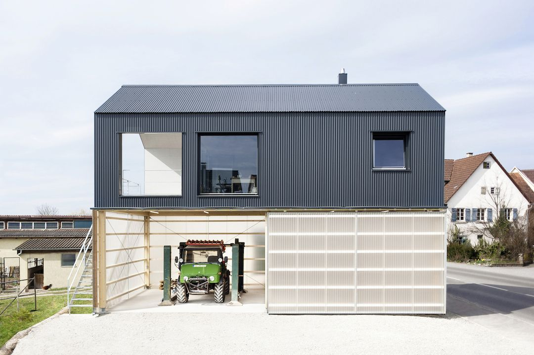 The house Unimog by Fabian Evers and Christoph Wezel combines an industrial hall with a reduced housing unit.