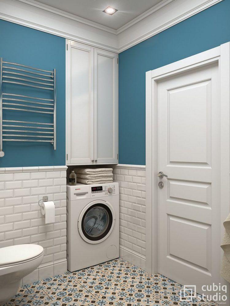 Fürdőszoba - kék falszín, fehér csempe, fürdőkád, épített polcok ...
