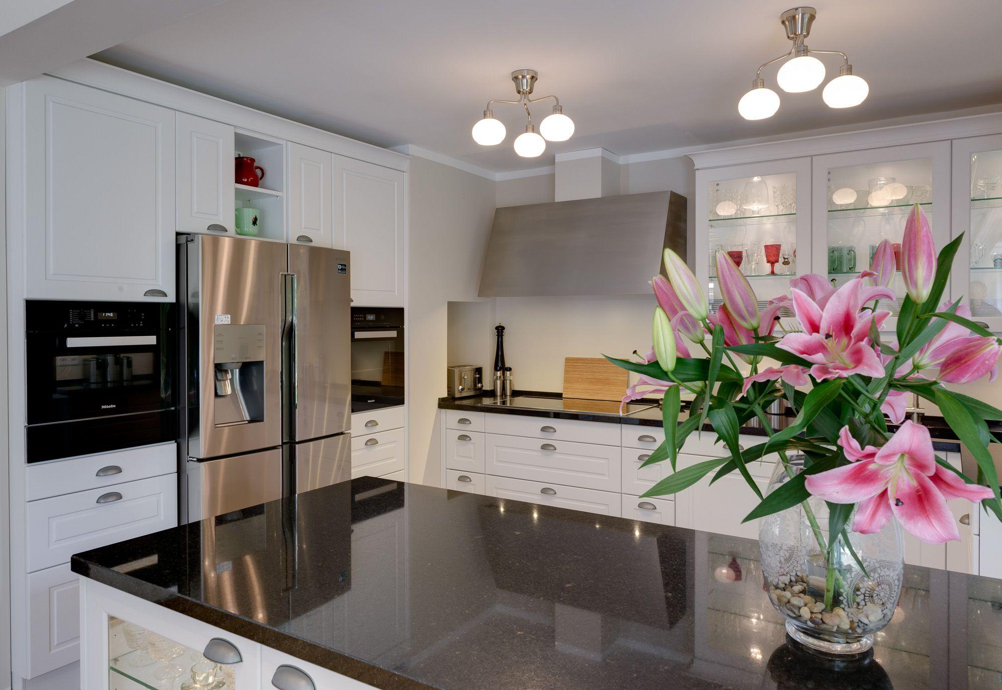 Moderne Landhausküche Von Ballerina In Weiß Mit Dunkler
