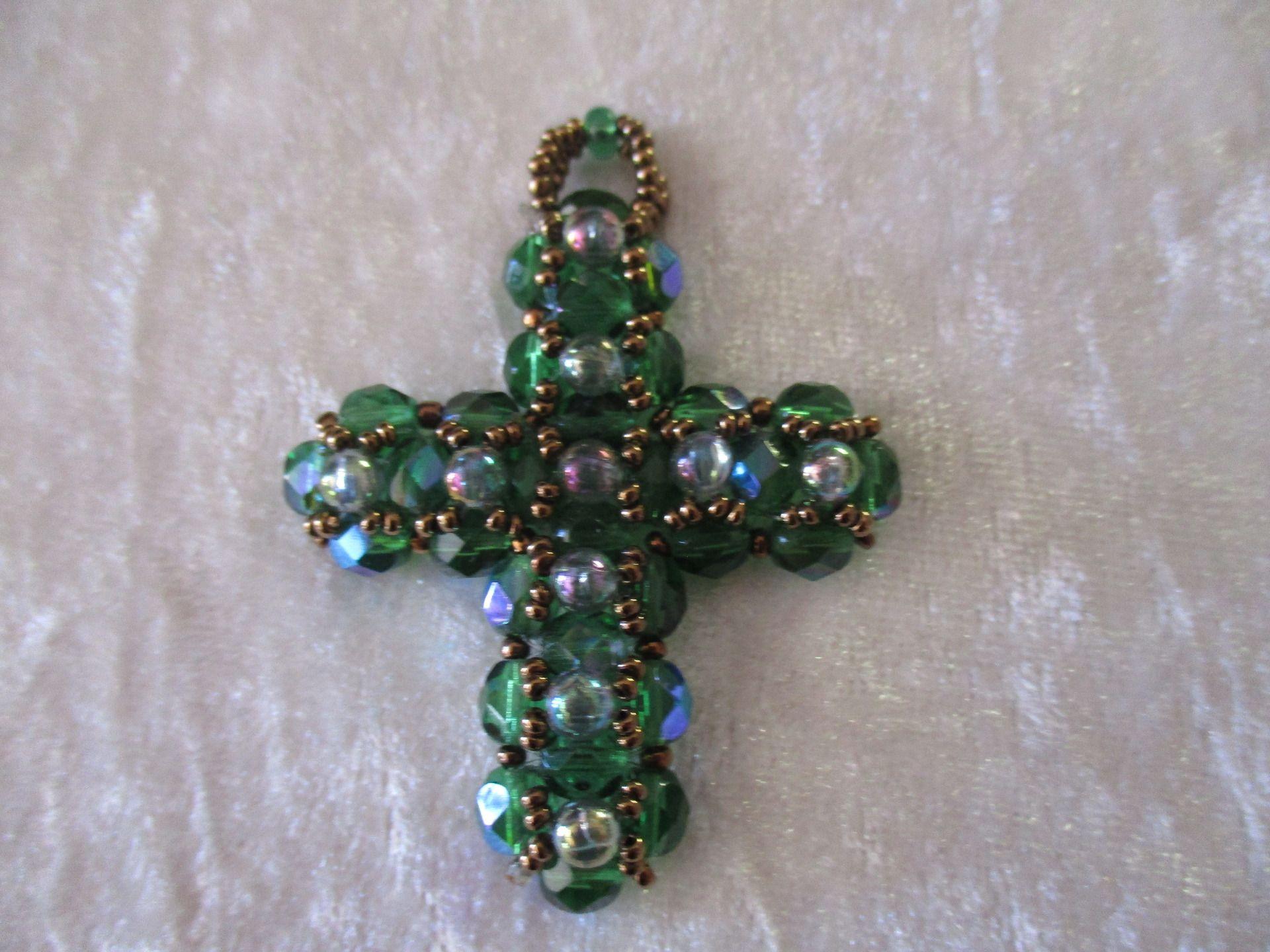 Pendentif croix perles cristal et rocailles : Pendentif par patcreations