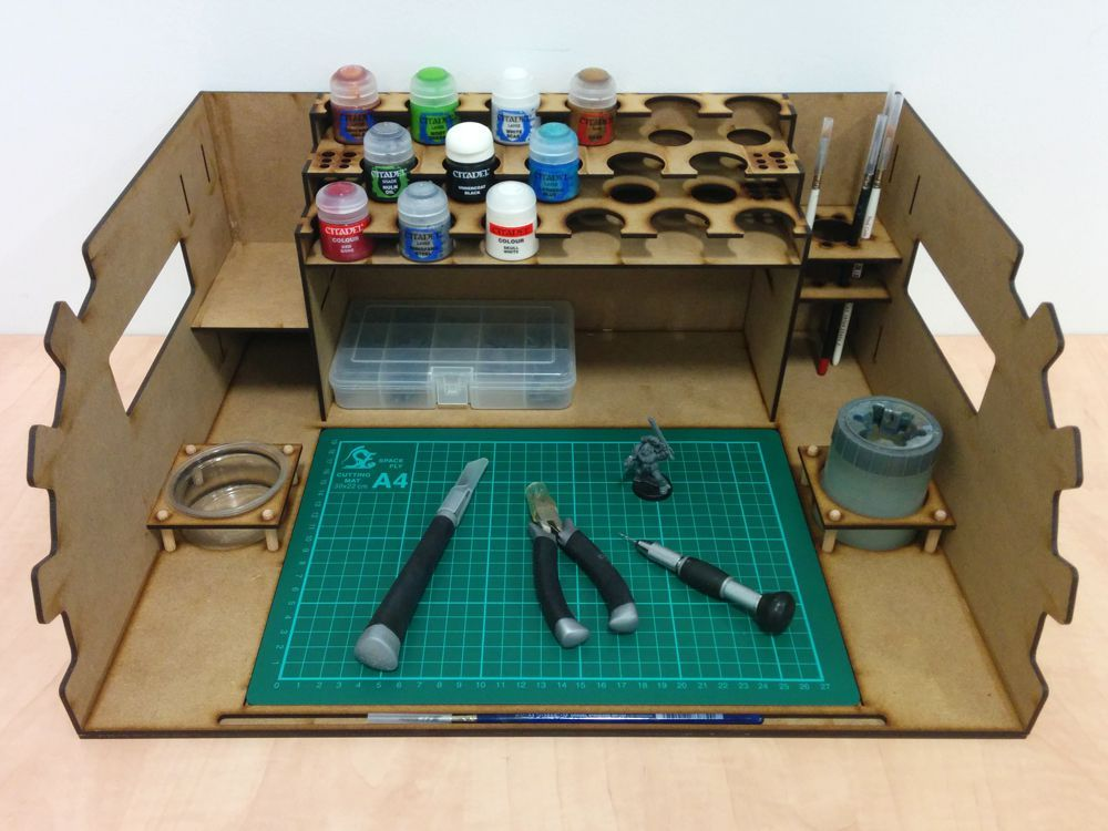Compact and portable painting station! Such a good idea for
