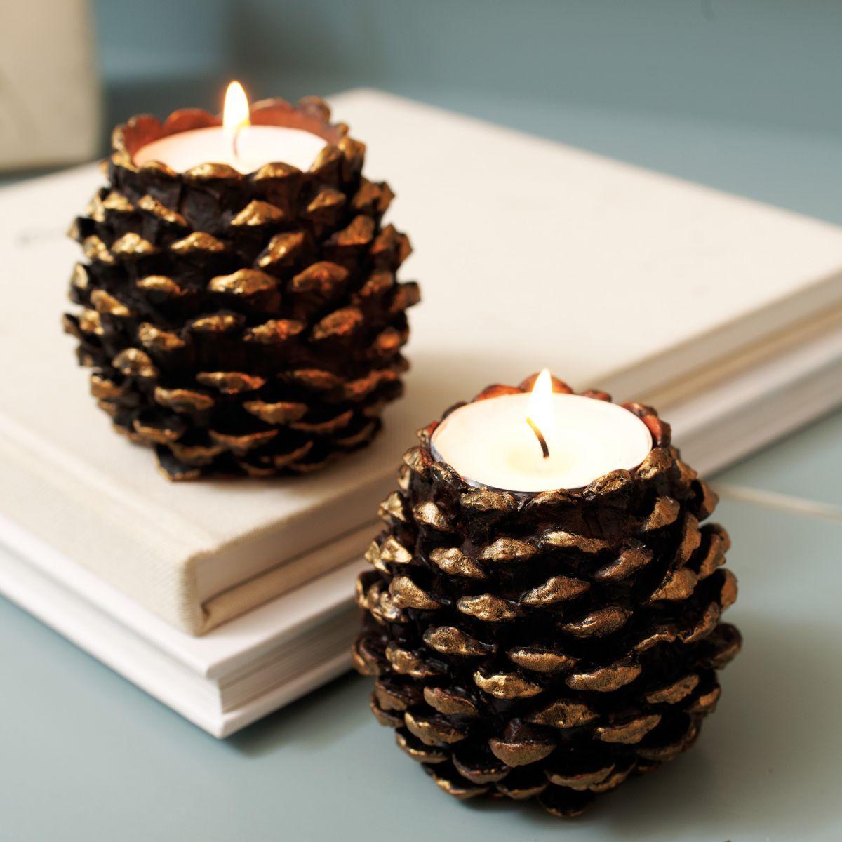 des pommes de pin transformées en bougeoir, sympa pour une déco de