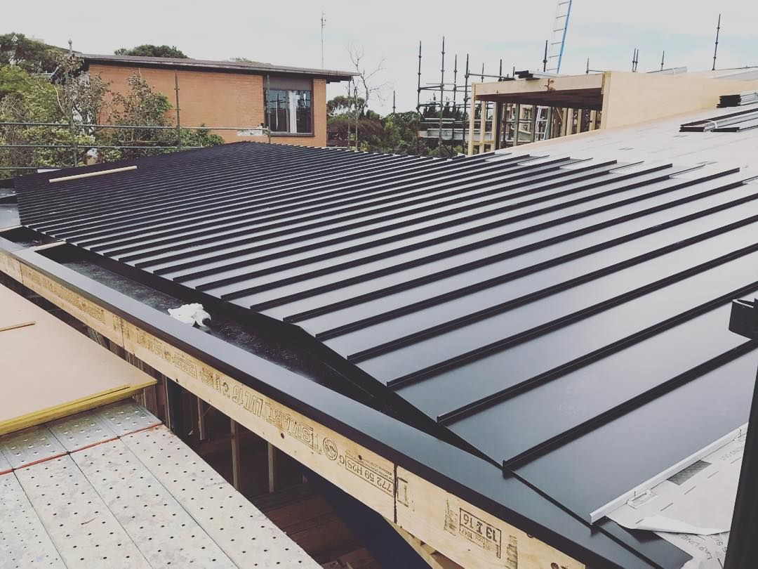700m2 Of Colorbondsteel Night Sky Standing Seam Panels Getting Installed On This Prestigious Mount Martha Residen Australia House Standing Seam Mount Martha