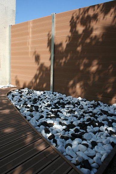 Terrasse en bois composite et univers minéral, voilà ce que je