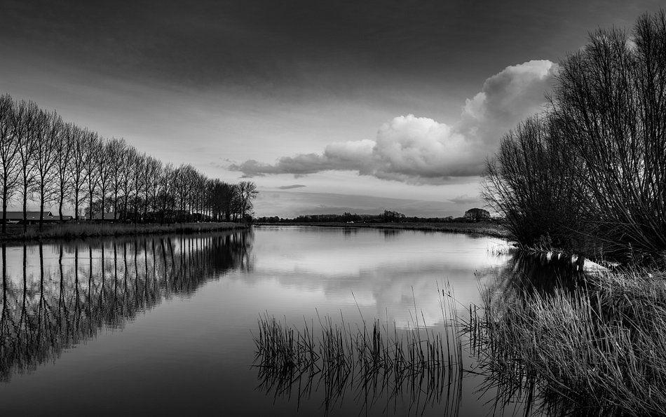 Spiegel in Schwarz und Weiß von Martien Hoogebeen Photography auf Leinwand, Tapete und mehr