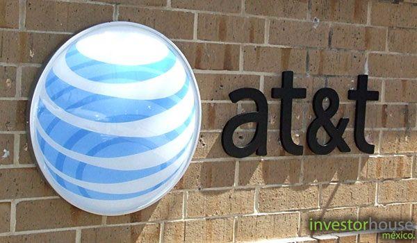 AT&T la empresa estadounidense de telecomunicaciones, a partir del día de hoy lunes, comenzará a comercializar 2 planes de postpago para los usuarios de México y hacia finales de 2015 terminará de incorporar las marcas y tiendas de Iusacell y Nextel bajo la marca AT&T. AT&T México actualmente tiene alrededor de 8 millones de usuarios, según comentó el director general.