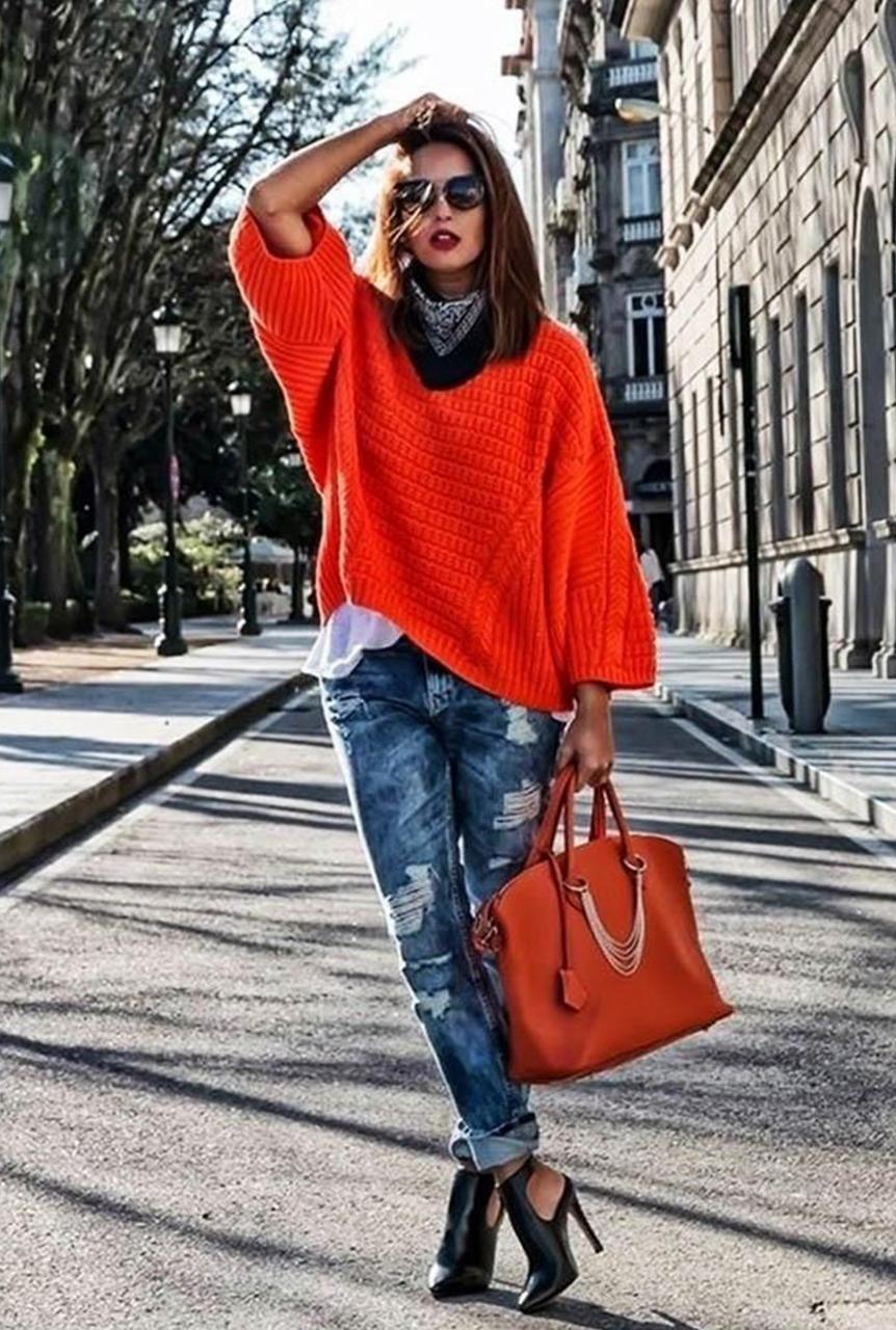Conjunto cardigan naranja, camiseta blanca, pantalones azul