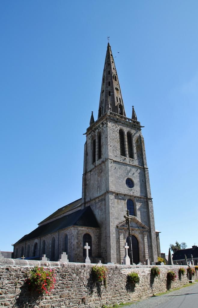 Eglise Paroissiale Saint Pierre � Ploezal Cotes d'armor ploezal France, auteur pierre bastien pour Patrimoine de France, aucun partage sans mention de la source et de l'auteur merci.